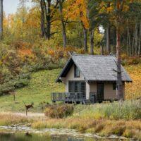 Dabas māja pie Eniķu ezera